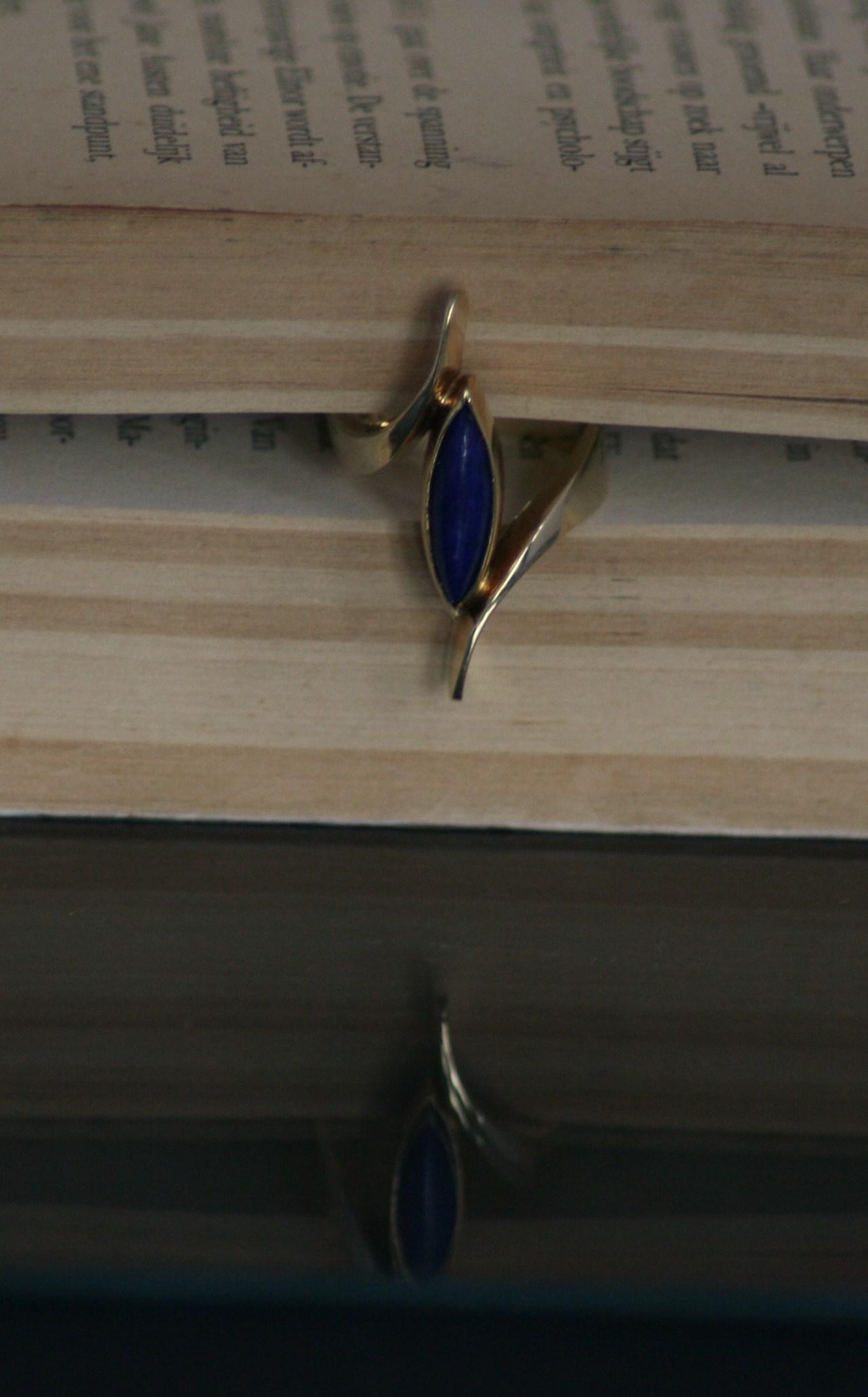 Gouden smeedring met langgerekte lapis lazuli