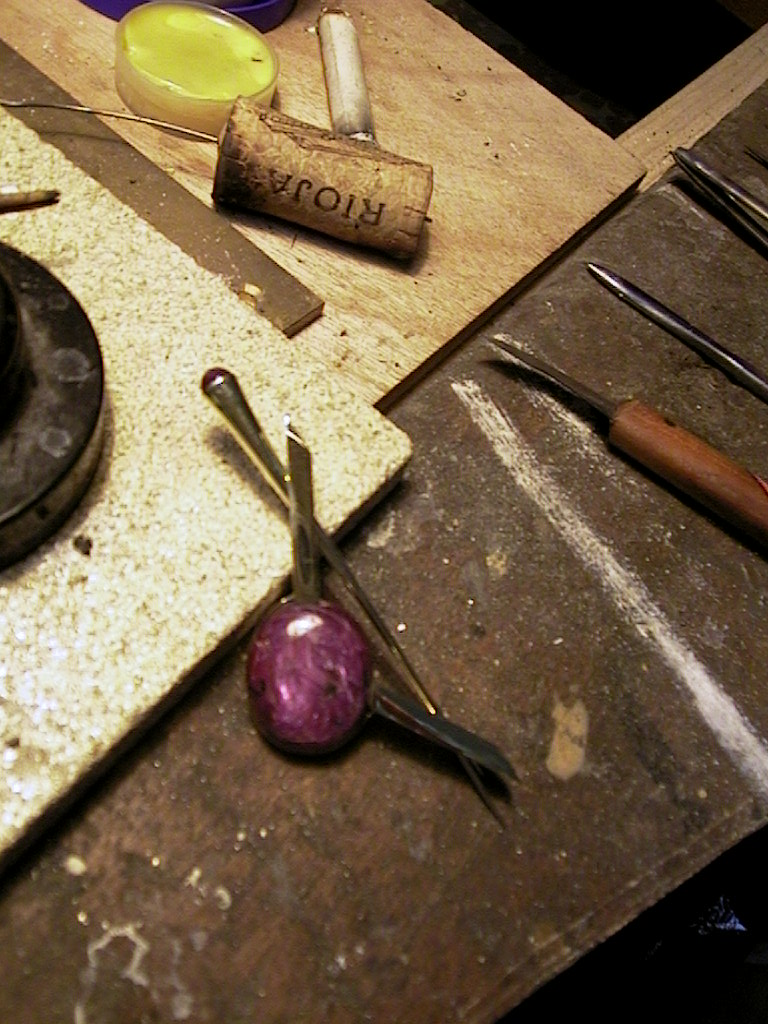 Speciale robijn met insluitsels in gouden hanger dia als fibula broche gedragen kan worden.