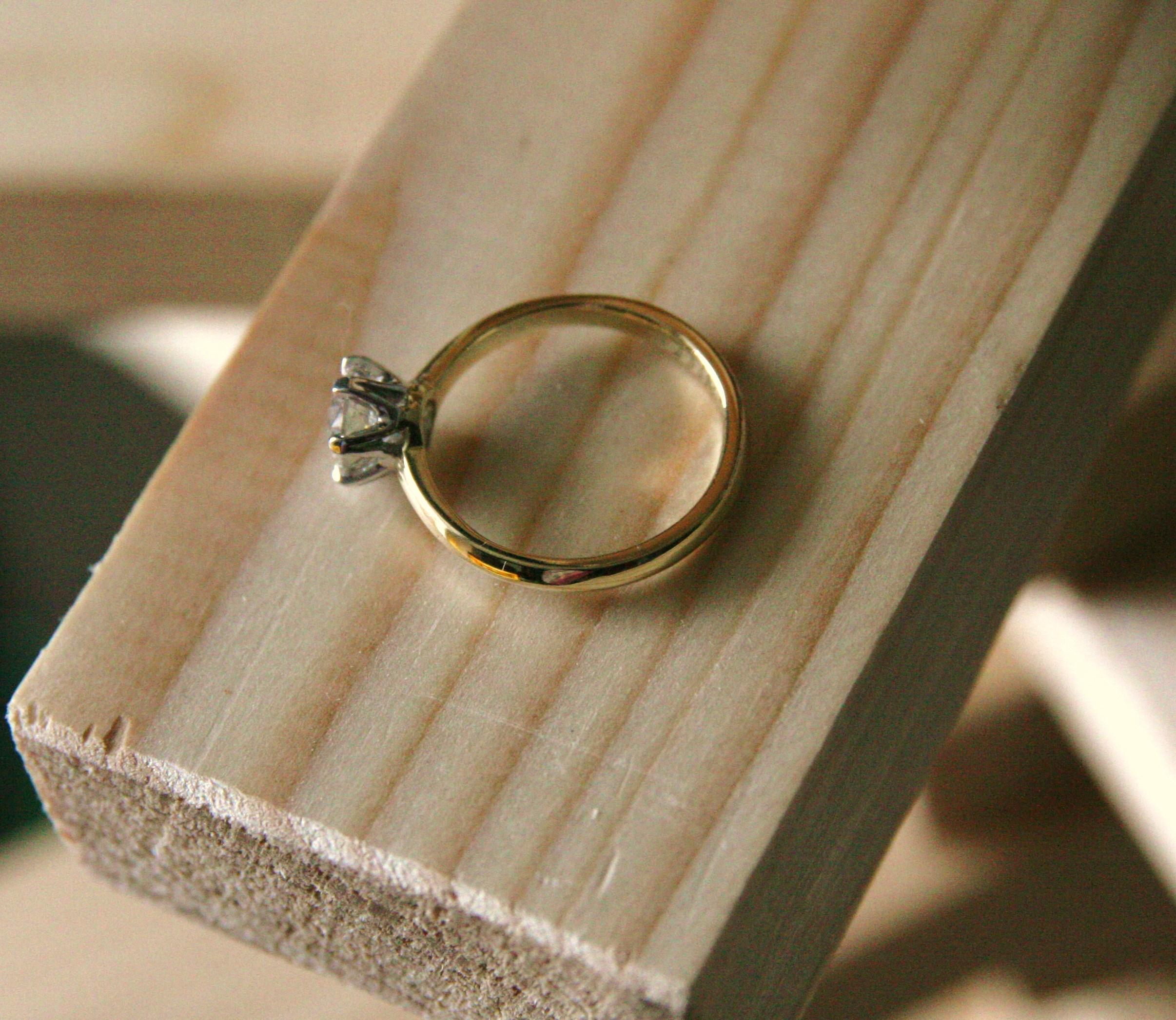 1 caraat diamant in witgouden zetting op aangepaste oude trouwring