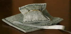Van oude broche gemaakte armband met bijzonder verhaal