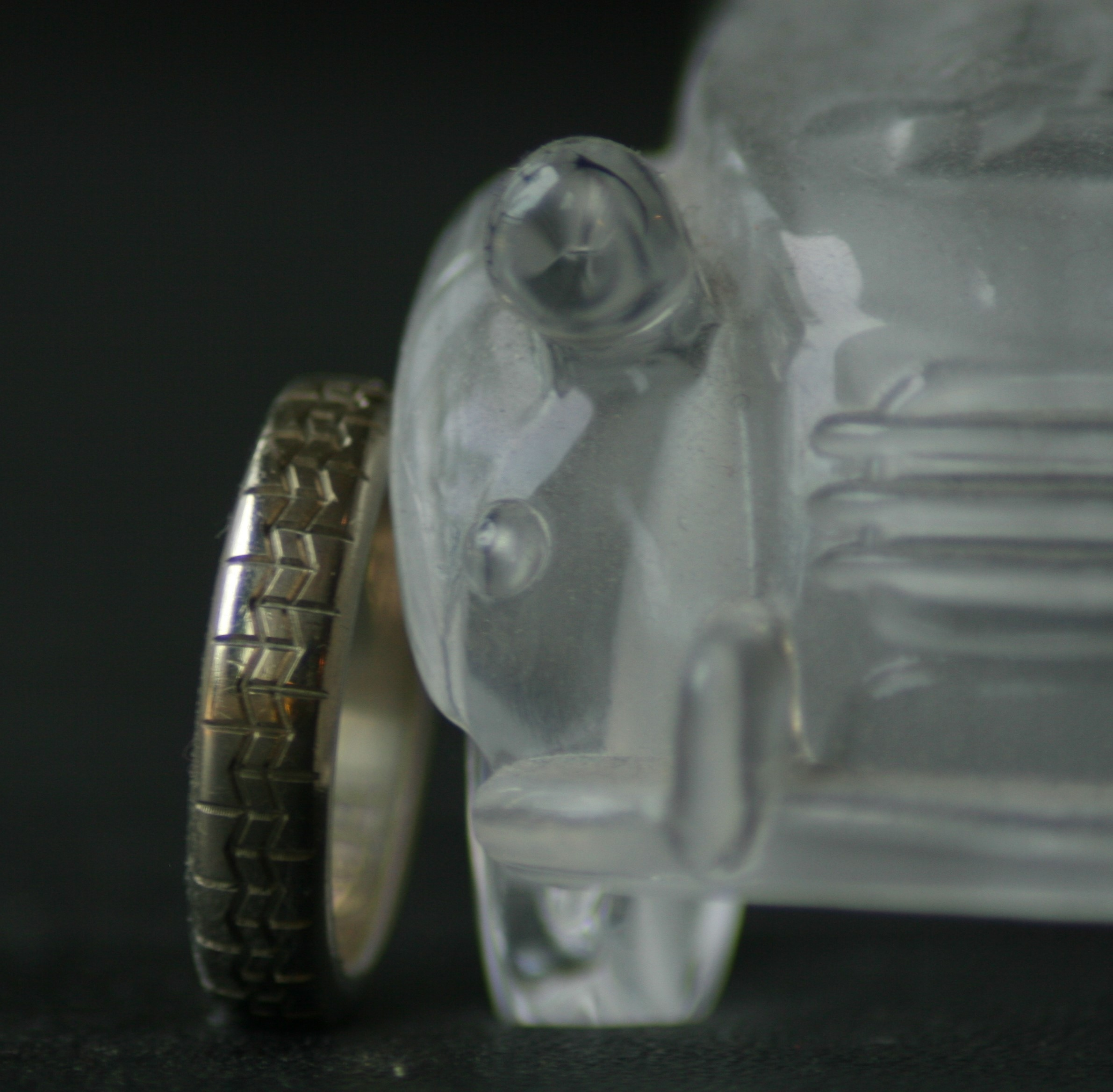Witgouden oude trouwring gegraveerd met michelin profiel