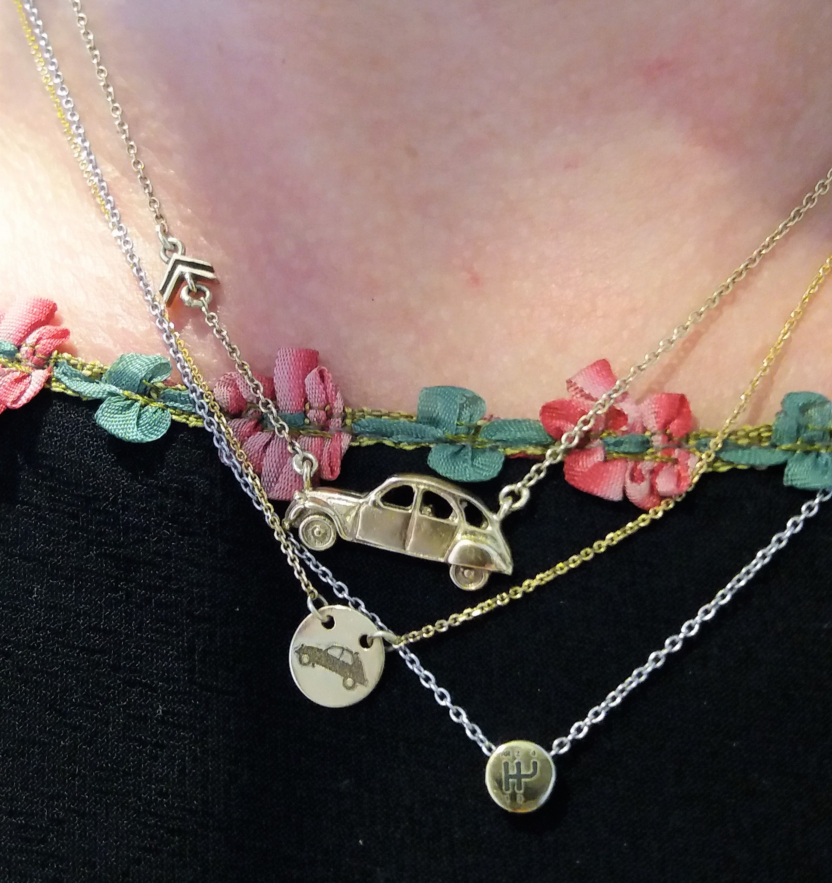 Various silver and gold 2cvjewellery necklaces Tres precieux voiture collection